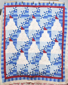 Angela quilted Dorothy's adorable snowman quilt with a fun snowflake pantograph.